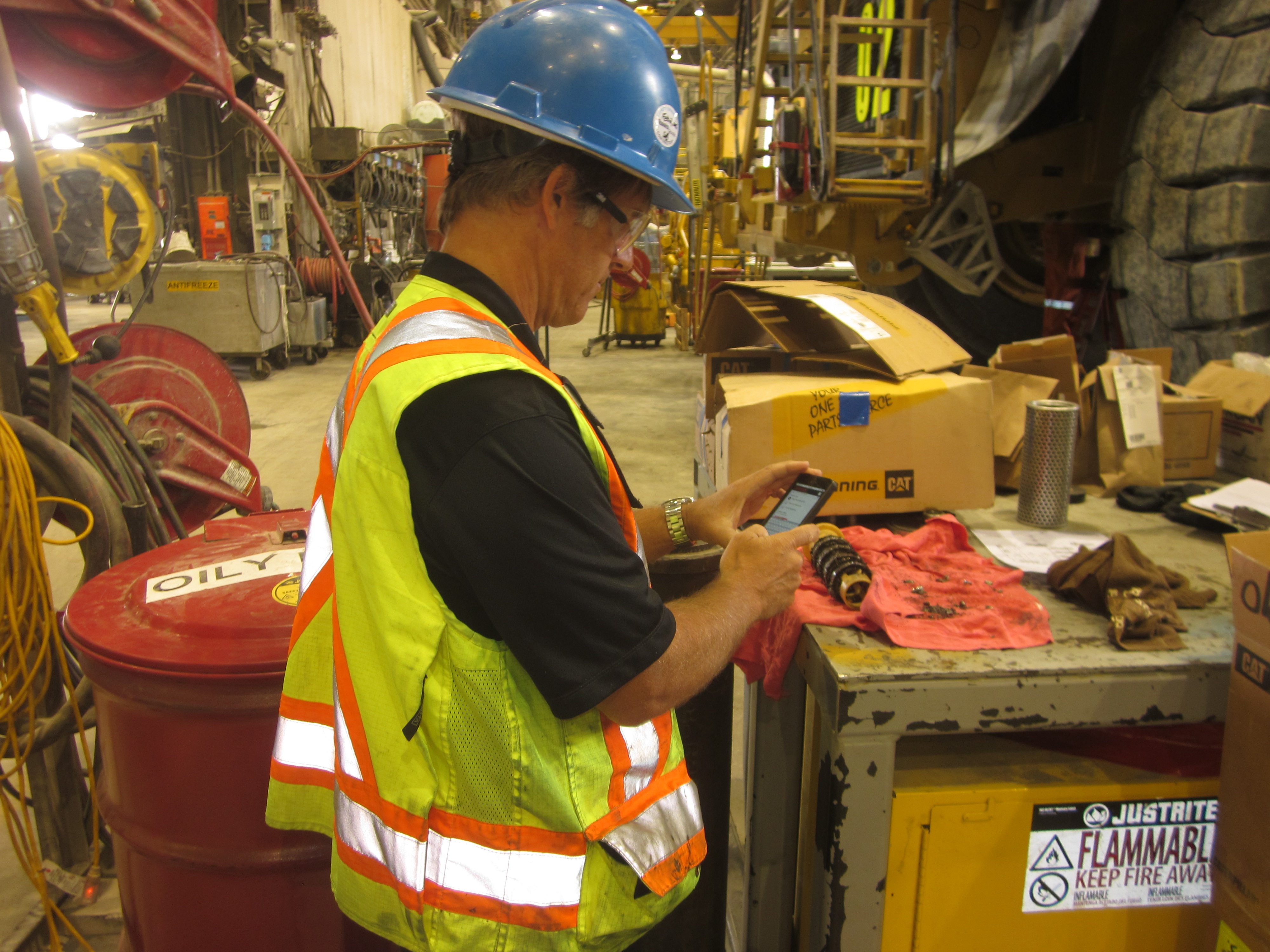 Dingo Program Manager Calvin Nation uses the Field Inspection App to easily capture magnetic plug condition during a routine equipment service